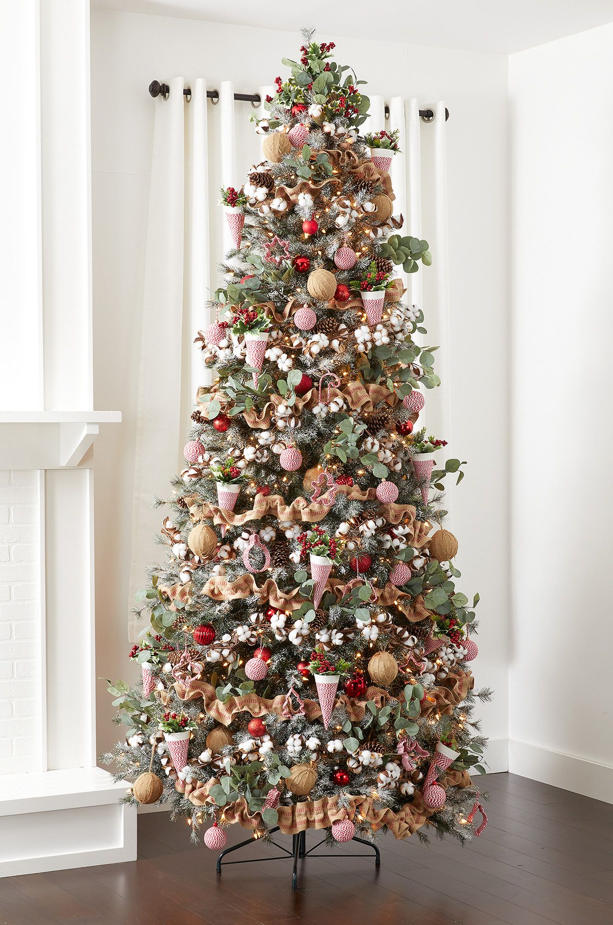 34 Stunning Christmas Trees Decorated For The Holiday Season Elegant Christmas Trees Christmas Tree Inspiration Cool Christmas Trees