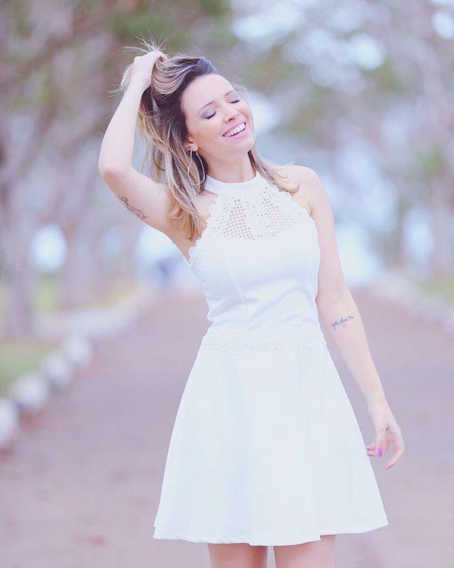 Sabe aquele vestido que você usa uma vez e não quer tirar nunca mais? ✌️Eu amo, amo, amo de verdade vestido branco e fiquei apaixonada por esse!!! Ele é da @linnyoficial  #publi #vestidobranco #babando