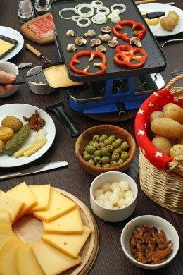 gedeckter raclette tisch mit vielen verschiedenen zutaten raclette rezepte. Black Bedroom Furniture Sets. Home Design Ideas