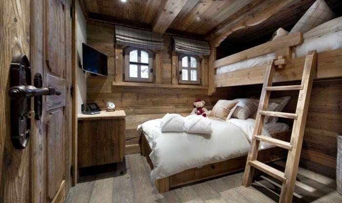gemütliches-Schlafzimmer-Holz-Hochbett-kleine-Fenster-Landhausstil ...