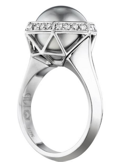 Atelier Leseine-bague en or blanc, diamants, perle de Tahiti © Atelier Leseine