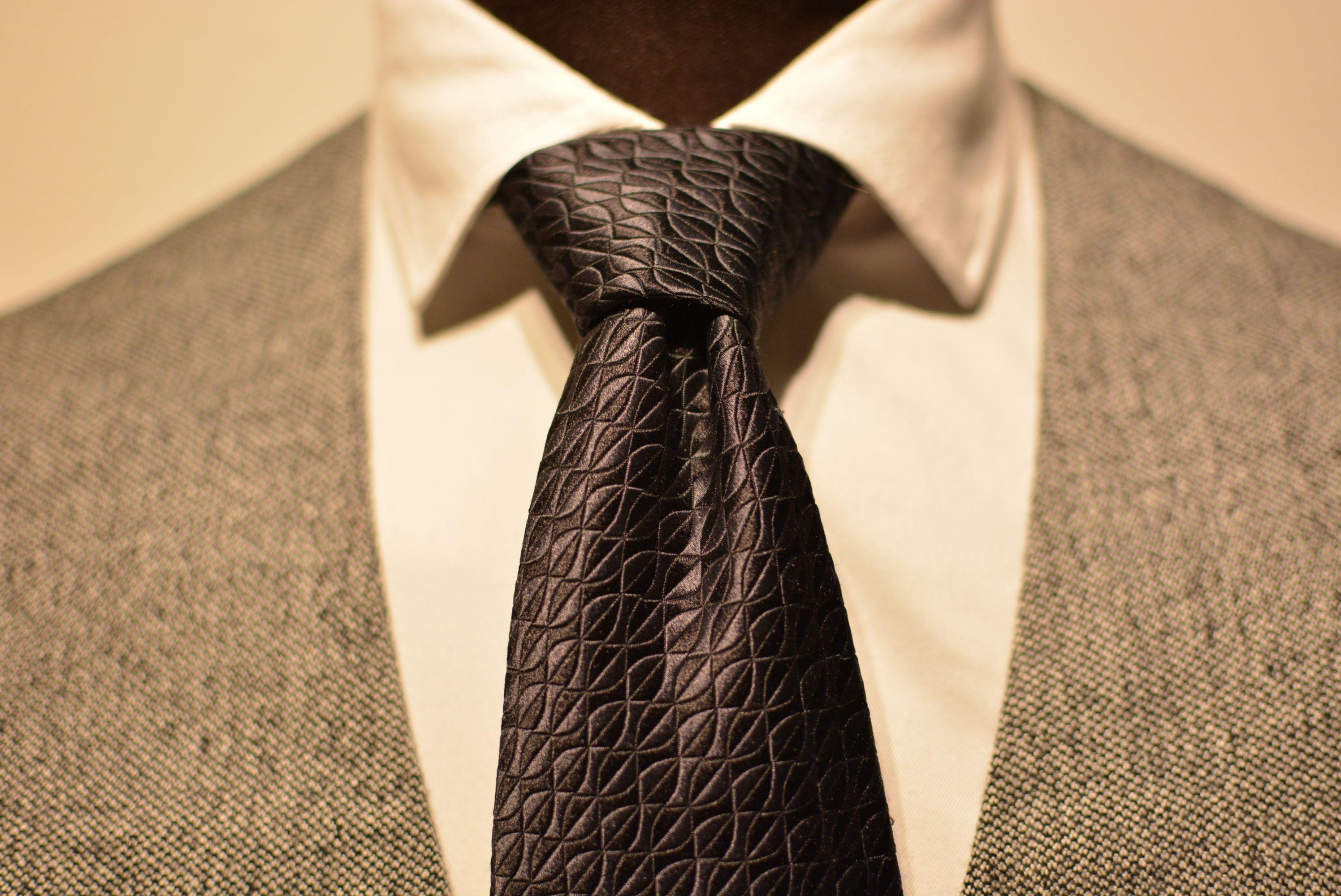 Dimple on pieni taitos kravatin solmun alla. Se kuuluu jokaisen herrasmiehen kravattiin. http://www.raatalistudio.fi/