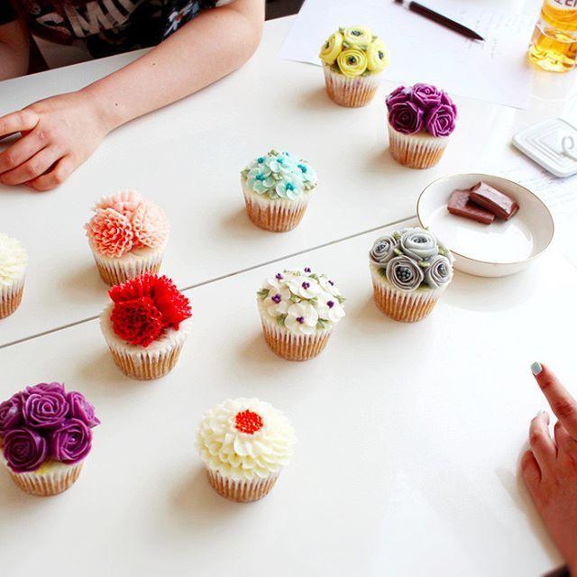 여기가 꽃밭인가요 🙈🙊 2nd Basic class- cupcakes💐  Done by student . . #flowercake#flower#cupcake#baking#weddingcake#wedding#케이크#베이킹#플라워케이크#버터크림플라워케이크#bakingclass#cupcakes#freesia#cupcake#roses#컵케이크#rose#bouquet#fiore#torta#buttercream#buttercreamflowercake#koreanflowercake#koreanbuttercreamflowercake#韓式唧花#韓式擠花#鮮花蛋糕#bakingclass