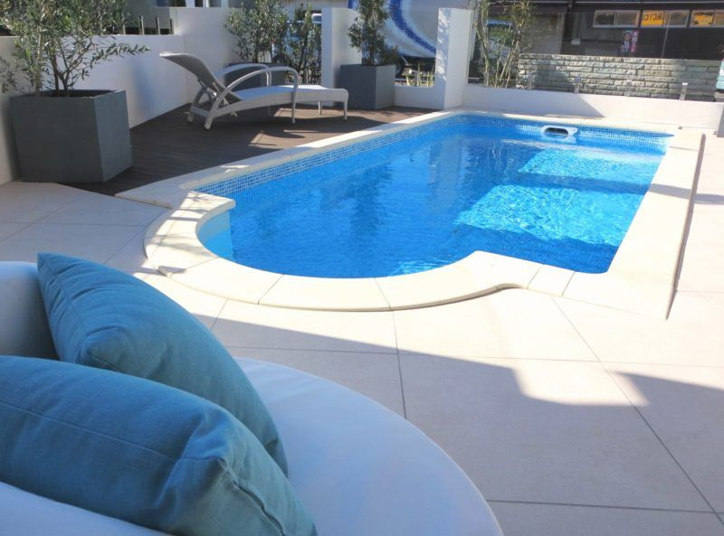 プライベートプールで優雅なひとときを おしゃれな外構と庭のザ