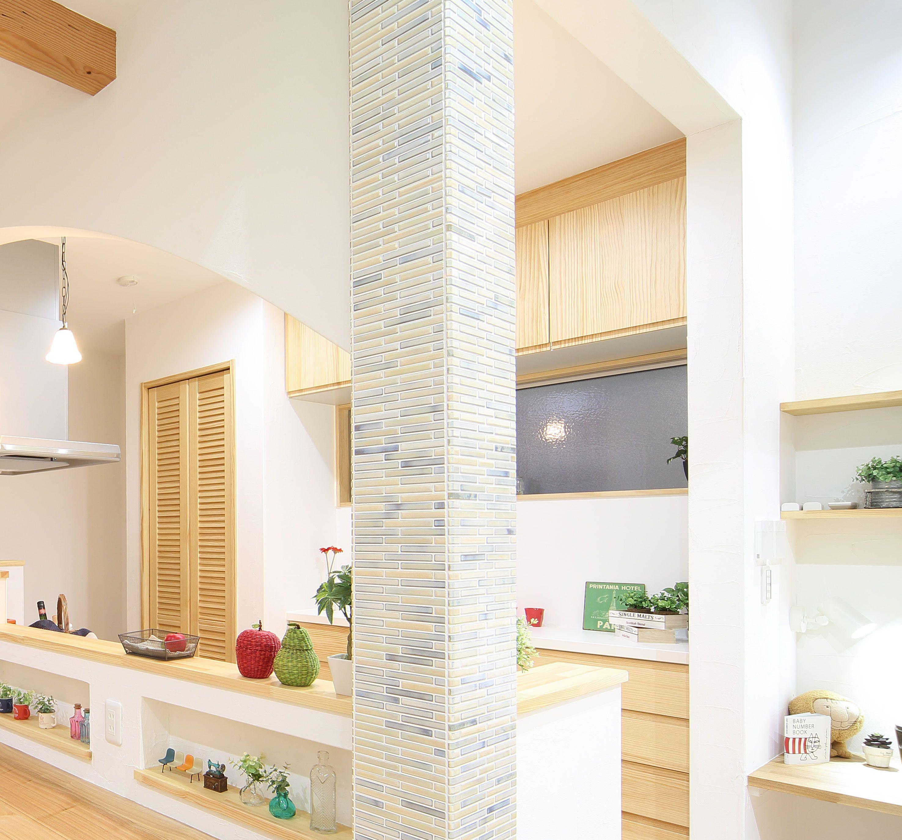 タイルで仕上げて おしゃれな柱に リビング キッチン リビング