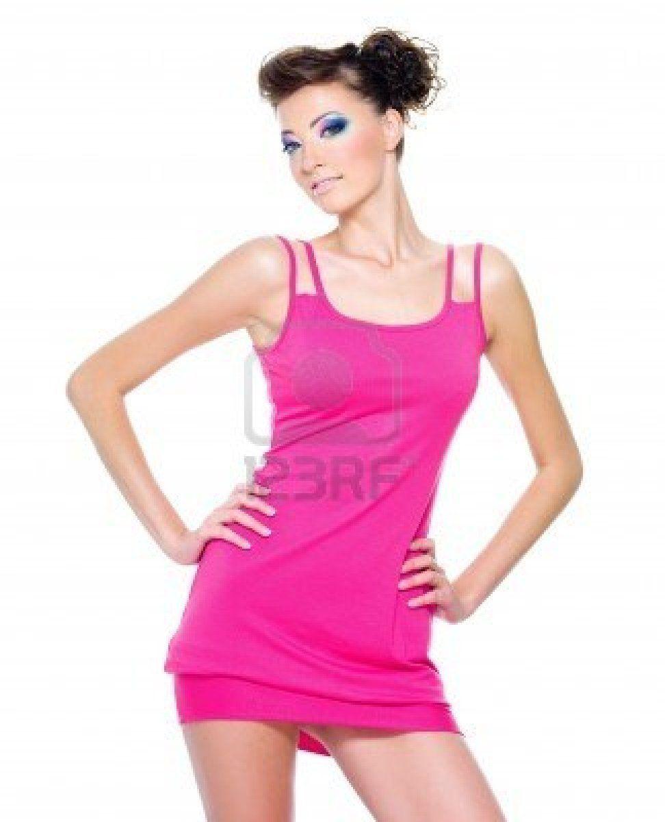 Glamour hermosa mujer posando en vestido rosa aislado en blanco Foto ...