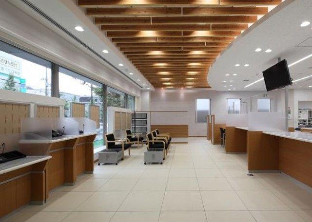 ロビー天井ルーバーに北山丸太を使用 店のインテリアデザイン インテリアアイデア カウンターデザイン