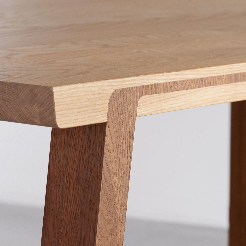 Witte tafel met eiken poten - Design by meubelstudio
