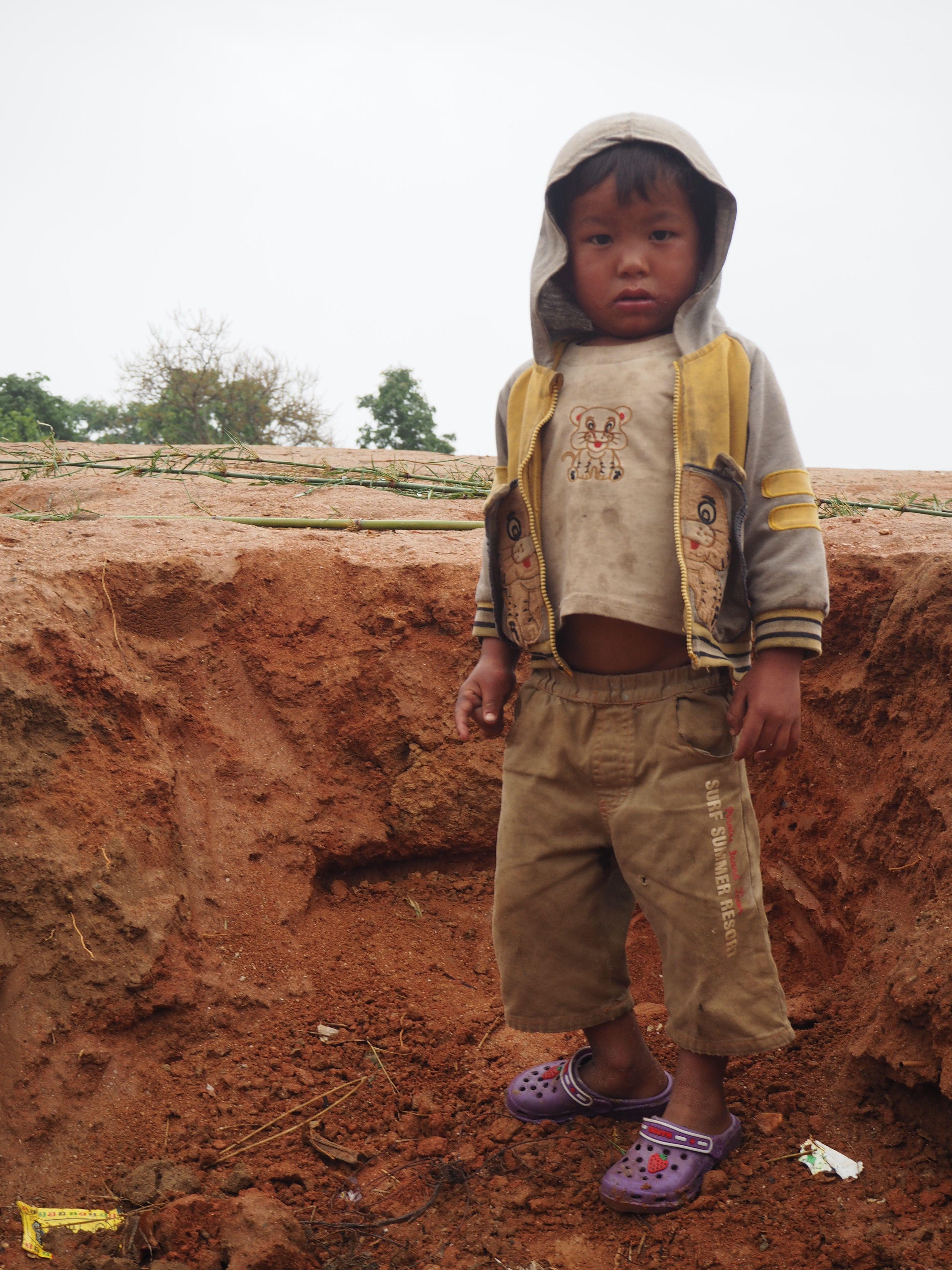 Viele Kinder haben ihre Eltern bei dem Erdbeben verloren und bleiben als Waisen allein zurück. #nepal #earthquake #erdbeben