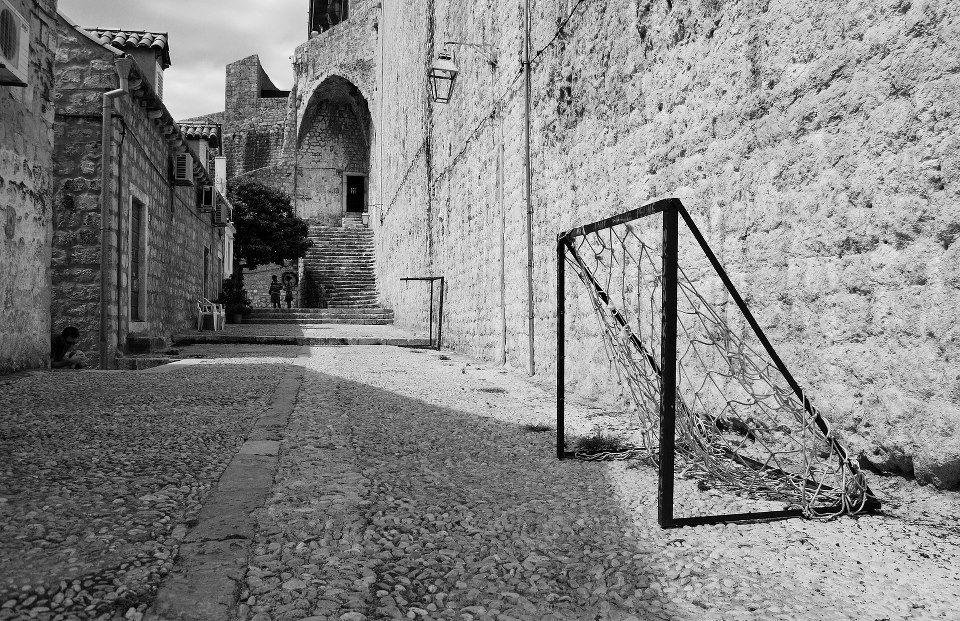 Cualquier rincón es bueno para jugar a fútbol (Dubrovnik, Croacia)  Foto de Miguel Zulaica.