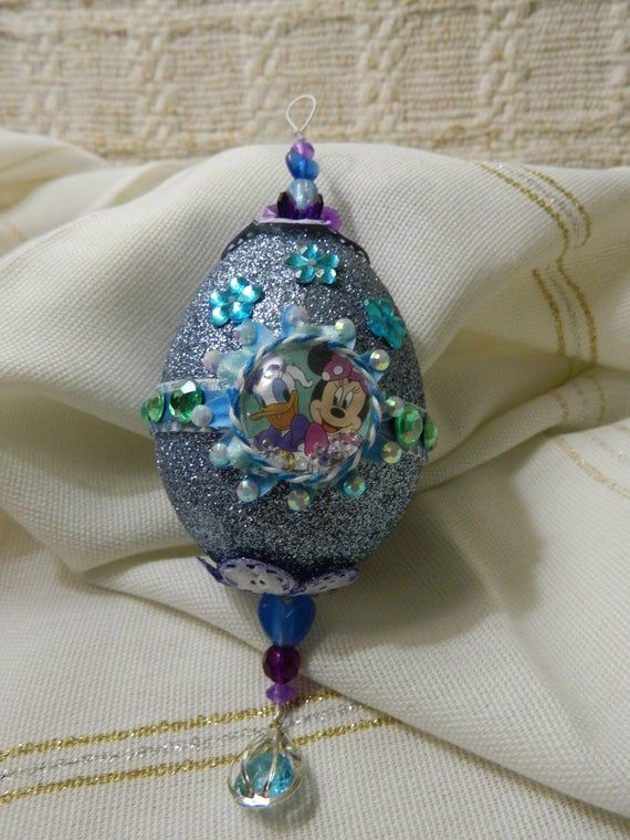 Collectible egg ornament with Mini Mouse and Daisy Duck