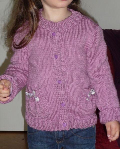 b11d9319b84ec Veste à poches ballons pour petite fille - Créa Tricot