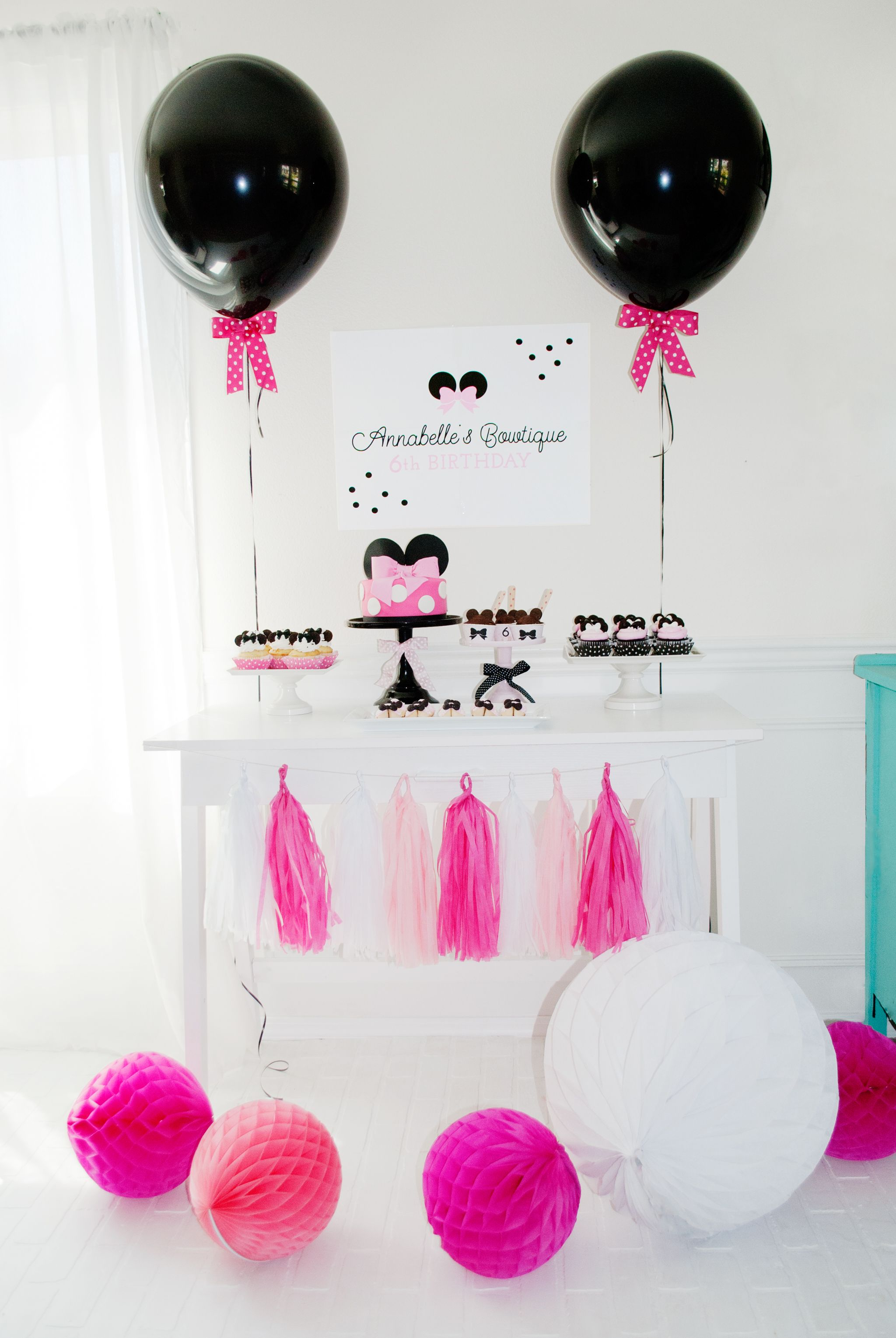 Minnie Mouse Bowtique Birthday Party   Minnie mouse, Dessert table ...