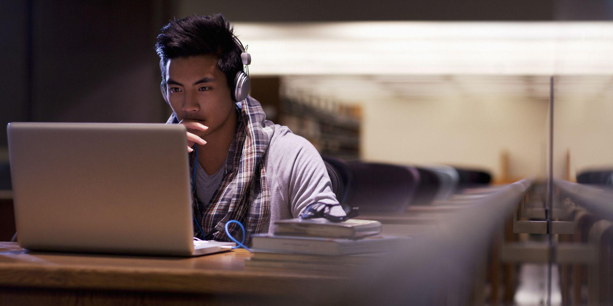 The Future Of Online Learning Is Massive. Presenta pros y contras de los MOOCS, especialemente en la Educación Superior. Presenta una visión muy positiva y optimista de los mismos.