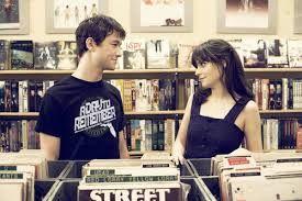 """""""Que a una chica le gusten las mismas porquerías raras que a ti, no significa que sea tu alma gemela.""""-500 dias con ella"""
