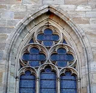 Gotisches spitzbogenfenster mit vierpass masswerk die - Architektur gotik ...