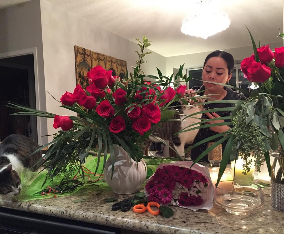 Florist a la Vava.  Chocolate friends and flowers #valentinesday  Hey I still be getting naked but for her and not a him . @gggoddesses #mobilspraytanning