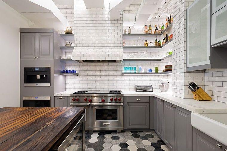 Cucina stile industriale pavimento colorato parete piastrelle