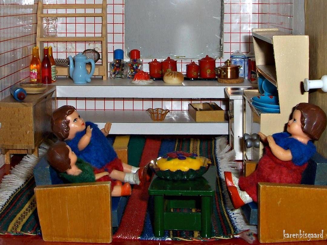 Doll kitchen party.  #poppenhuis #dukkehus #dockskap #dockskåp #dollhouse #dolls #miniature #dollhousefun #dollhousefurniture #dollhousekitchen #nostalgicplay #childrensfun