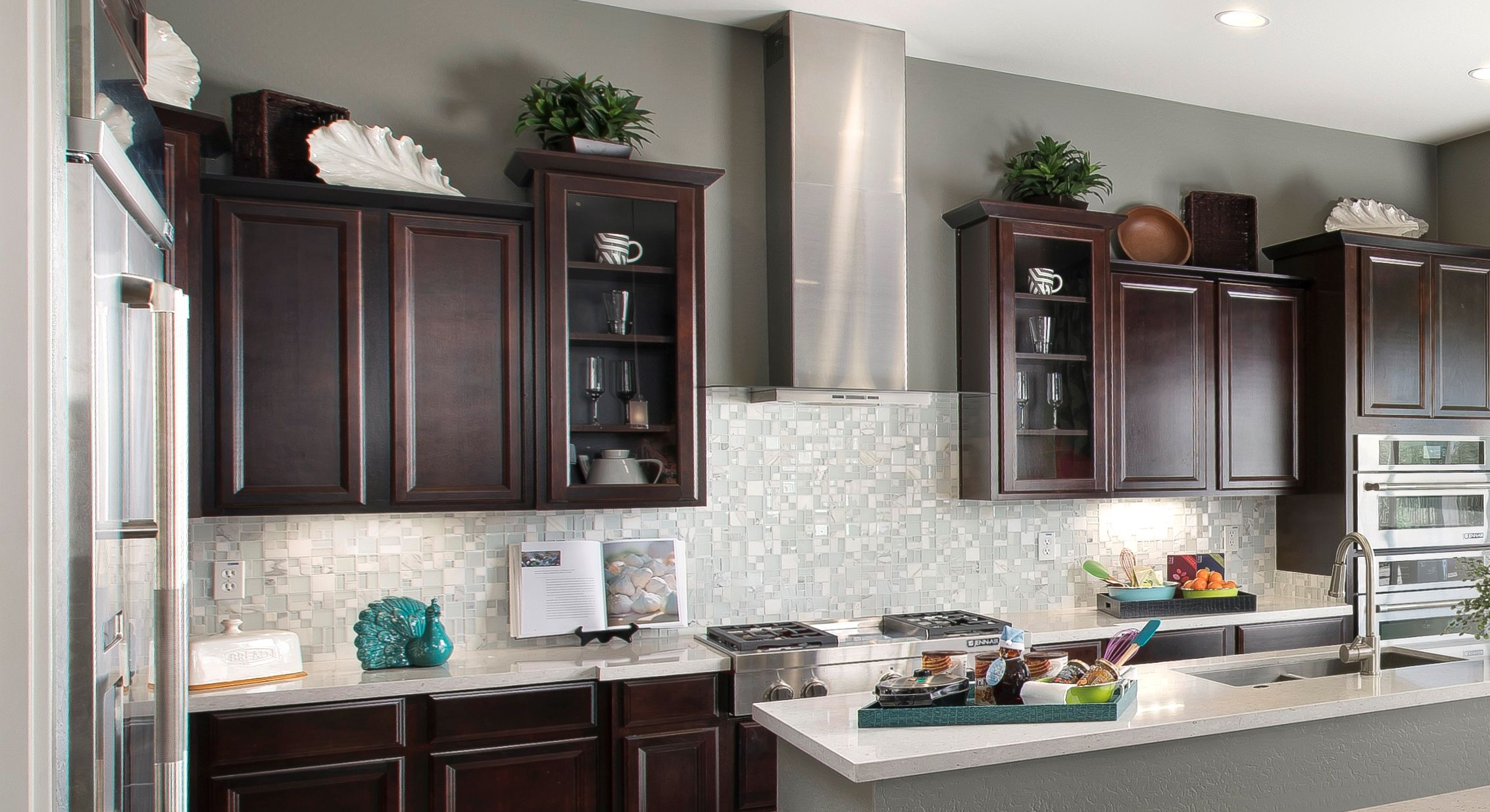 We Ve Made It Halfway Through The Week Walltilewednesday Features A Gorgeous Backsplash With Our Lucent Kitchen Cabinets Decor Emser Tile Gorgeous Backsplash