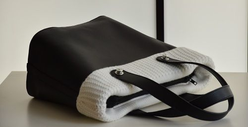 Convertible bag: possibility to transform the bag into the summer version, taking off the application in cashmere