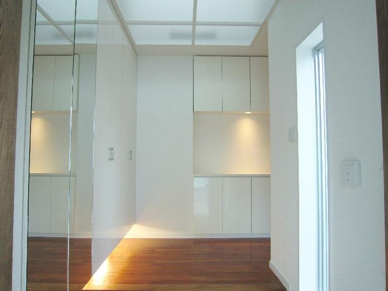 トップライトより光が落ちる玄関(『A-house』光を取り込む住まい) - 玄関事例|SUVACO(スバコ)