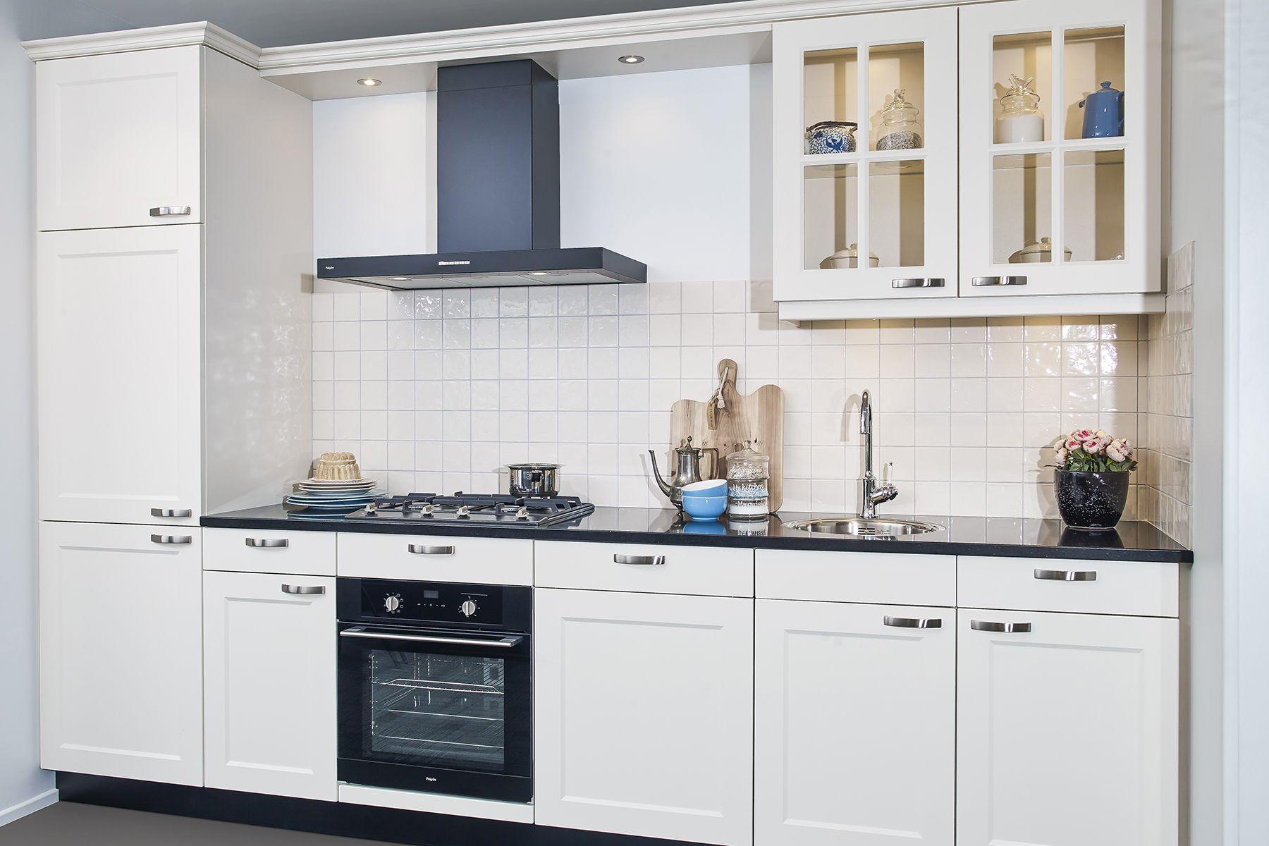 Witte Keuken Landelijk : Witte keuken in landelijke stijl met zwarte apparatuur let op de