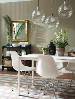 Different Heights Focus In On Hanging Pendants Lights Over Dining Table Dining Room Lighting Dining Room Art