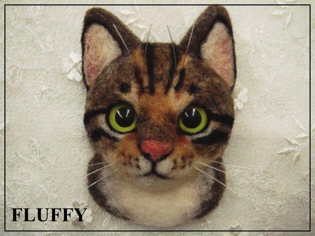 ★羊毛フェルト★ 猫のブローチとプチグラニーバック 商品説明+++ ご覧頂き有難う御座います。 ハンドメイドの猫ちゃんブローチです。 羊毛フェルトで作成しました。 瞳は10.2mmのプラスチックアイです。(イエローグリーンにカスタムしました) 猫本体サイズ 縦約7.5cm× 横約5.0cm(一番外側)。ブローチのピンは回転ピンを使用しています。 お髭はテグスです。 プチグラニーバックも付いてます。 キノコ柄がなんとなく秋らしいので、今からの...