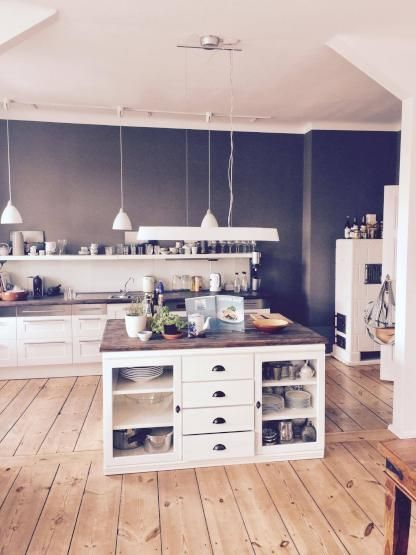 Offene große Wohnküche mit Holzboden Helle Atmosphäre mit weißen - bilder offene küche