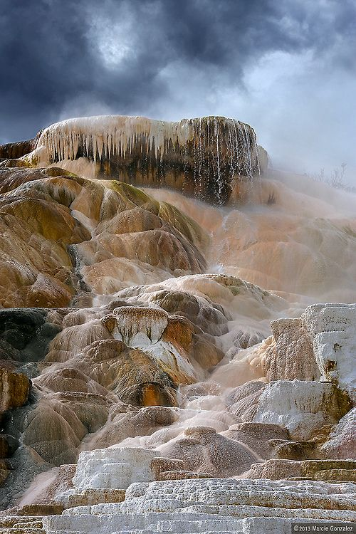 #MammothHotSpringsGeyser, Parco Nazionale di #Yellowstone, Wyoming; photo by Marcie Gonzalez