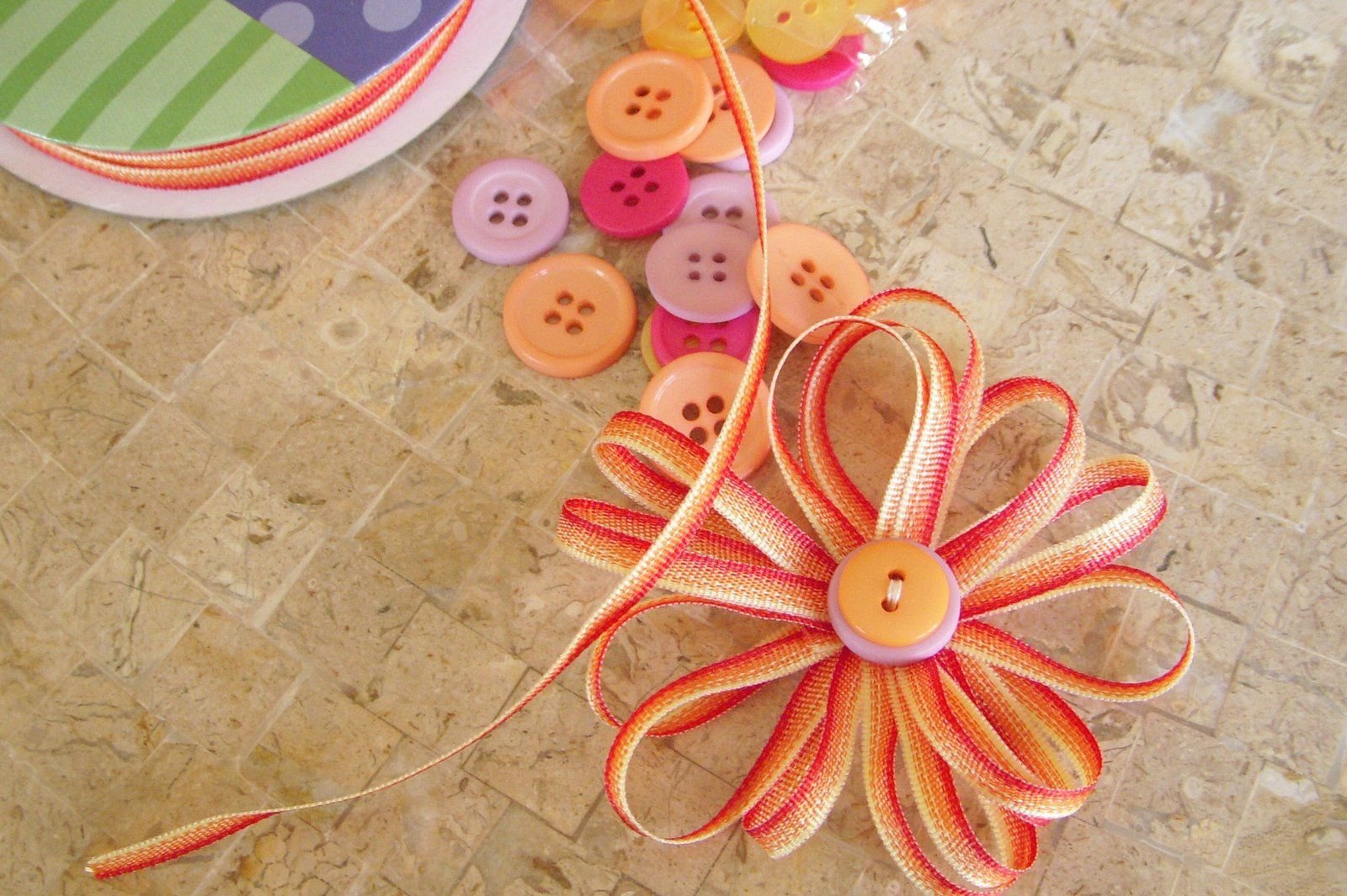 Si hay algo que me encanta es hacer flores artesanales, y para mi son una de las mejores opciones a la hora de obsequiar a mis amigas. Hoy te mostraré el sencillo paso a paso para hacer estas lindas flores con cintas de colores, que son más sencillas de lo que crees.Materiales:8 tiras de cinta de 20cm de largo Hilo y