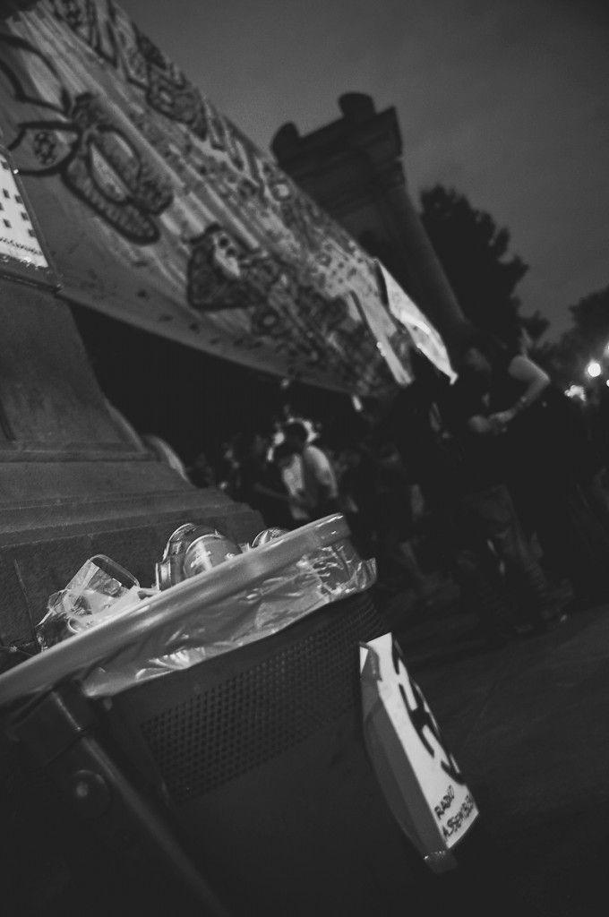 La peur et le rêve en voyage, au retour ou avant de partir (Detour Local) -> Slogans, manifestants et beaucoup de cervezas vides dans les poubelles www.detourlocal.com/la-peur-le-reve-en-voyage-au-retour-ou-de-partir/