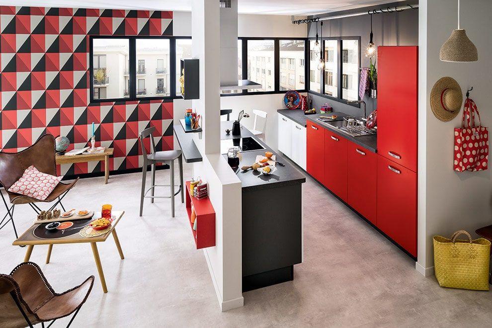 cuisine ouverte sur le salon socooc, paier peint noir, rouge et