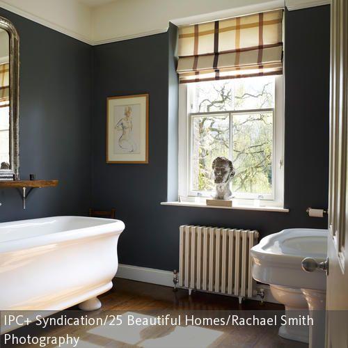 Der Dielenboden Im Badezimmer Wirkt In Kombination Mit Der Dunklen Wandfarbe  Besonders Elegant. Die Badewanne