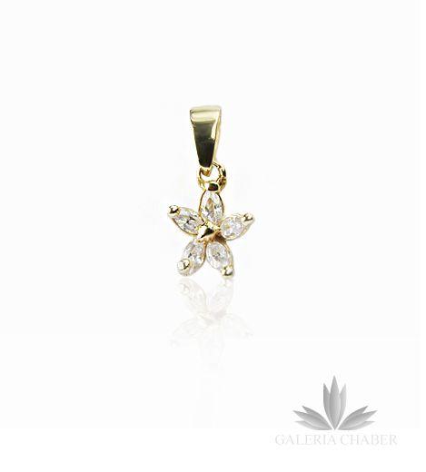 Delikatna zawieszka wykonana ze złota próby 585 w kształcie kwiatka. Płatki wysadzane Cyrkoniami w kolorze białym. Całkowita długość wzoru to około 2,0 cm.