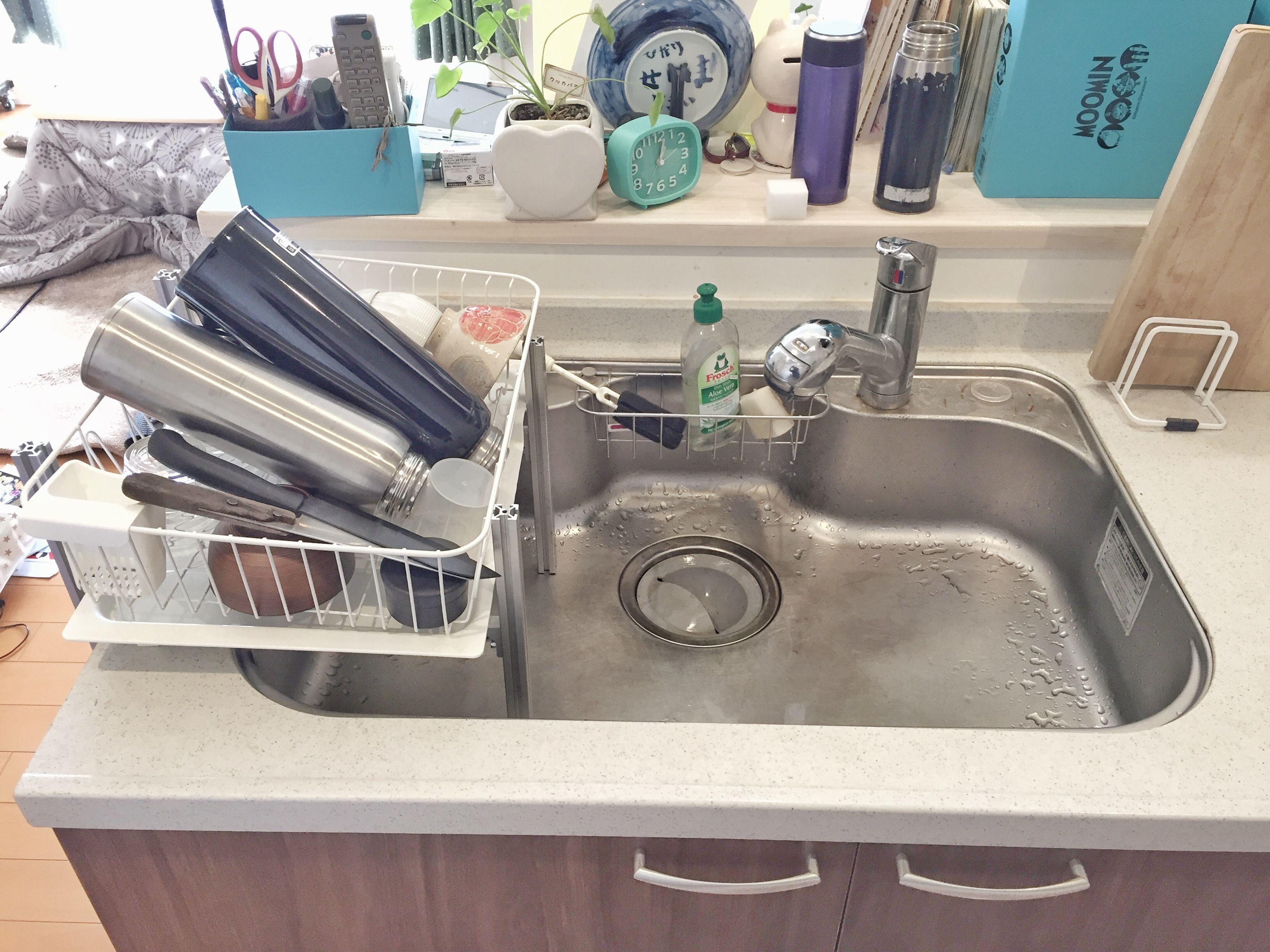 狭いキッチンシンクの整理スペースdiy シンク フェンス 食器 水切り