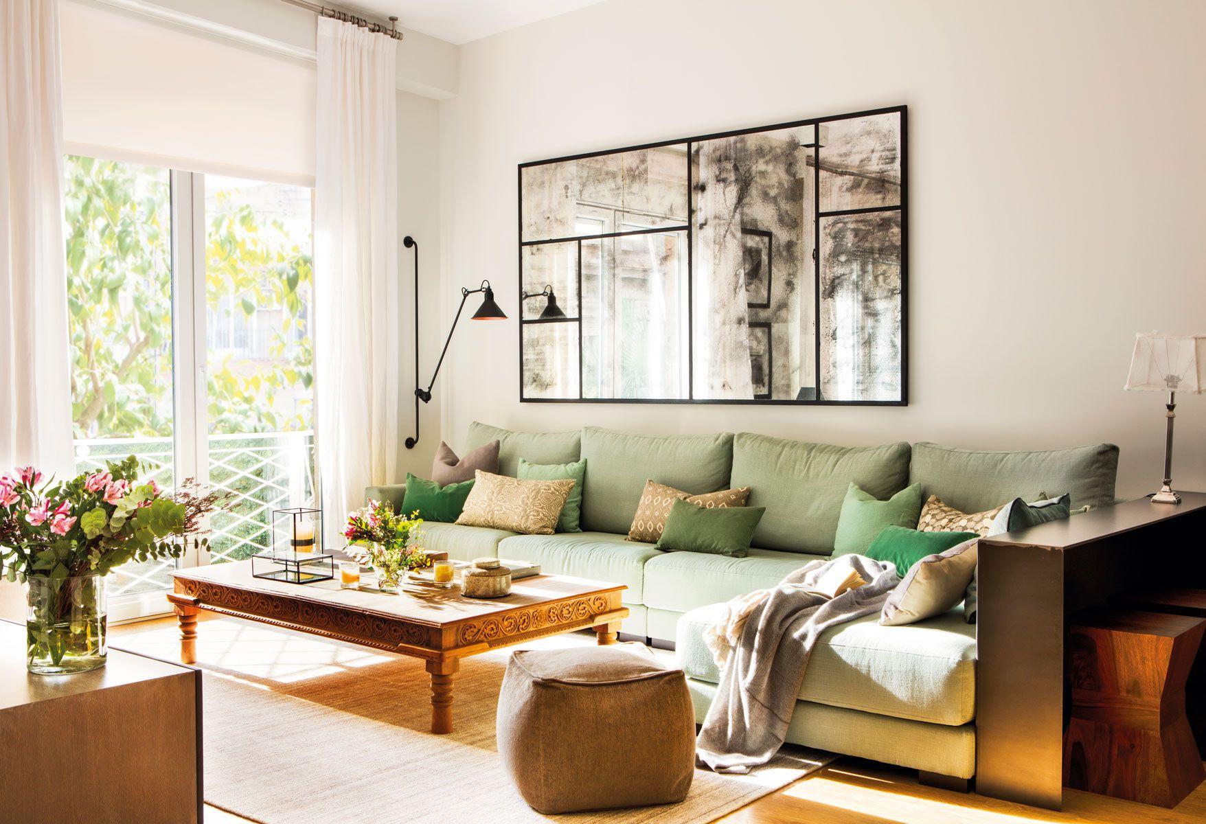 Salón-con-sofá-verde-y-cojines-combinados-y-mesa-de-centro-de-madera ...