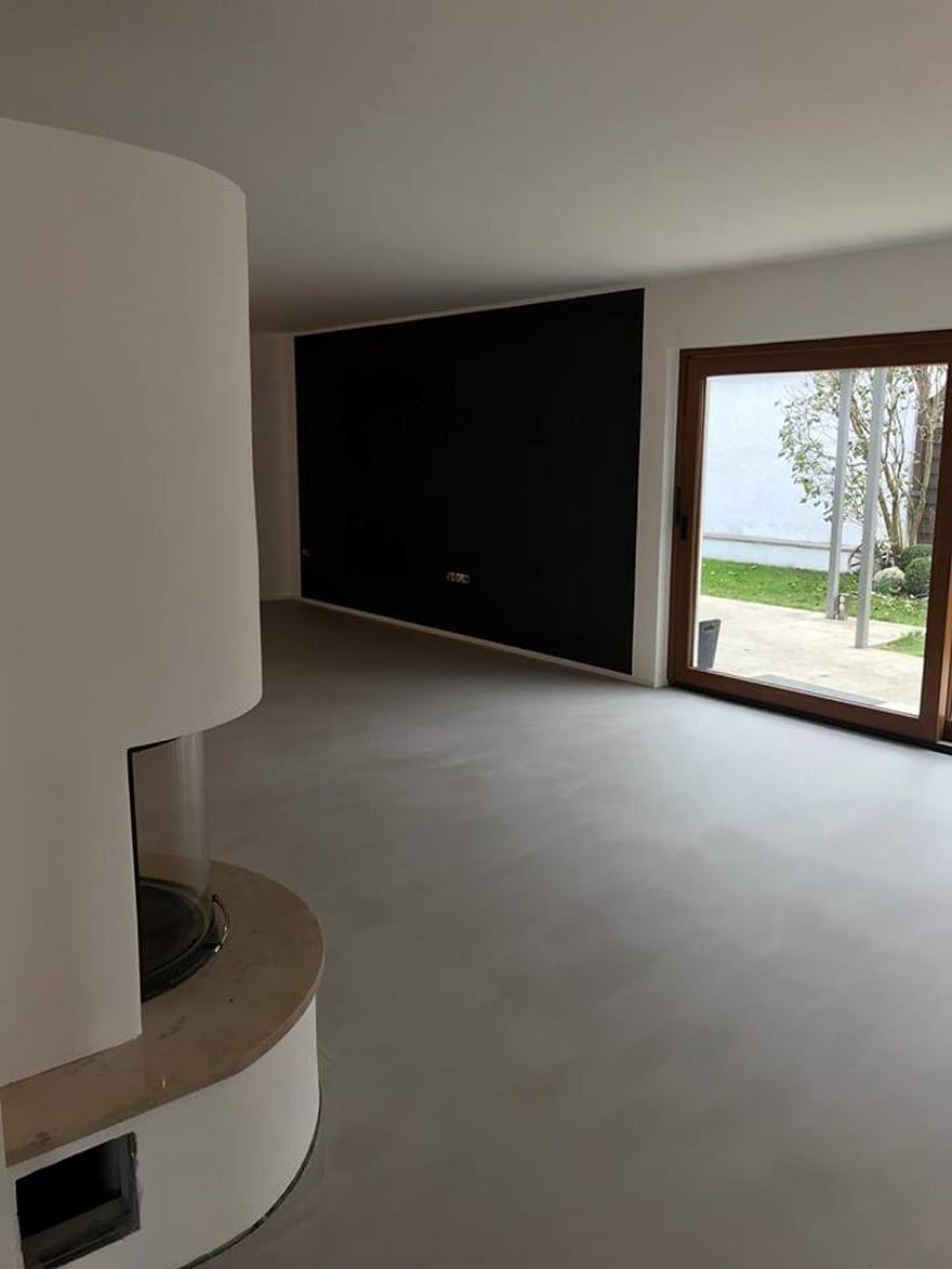 Räume  homify  Wohnzimmer modern, Fugenloser boden, Wohnzimmer böden