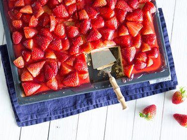sommer im viereck erdbeer becherkuchen vom blech rezept erdbeerkuchen dessert. Black Bedroom Furniture Sets. Home Design Ideas