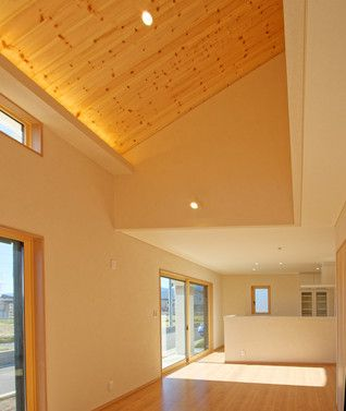 吹き抜け 勾配天井 は板張り仕上げとし 間接照明を設けました キッチンからはお子様達の様子が確認できます インテリア リビング キッチン ナチュラル デザイン おしゃれ 吹き抜け 家 住宅 家 づくり