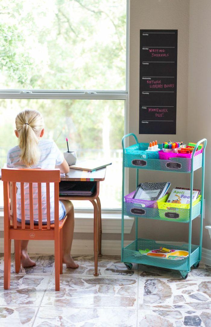 Kinderzimmer Einrichtung, Schreibtisch und Stuhl aus Holz, blauer