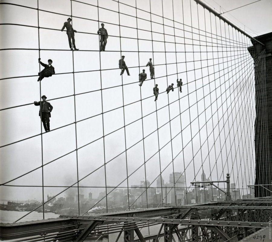 Pintores de cables en el Puente de Brooklyn, en octubre de 1914. ¡Menudas medidas de seguridad!