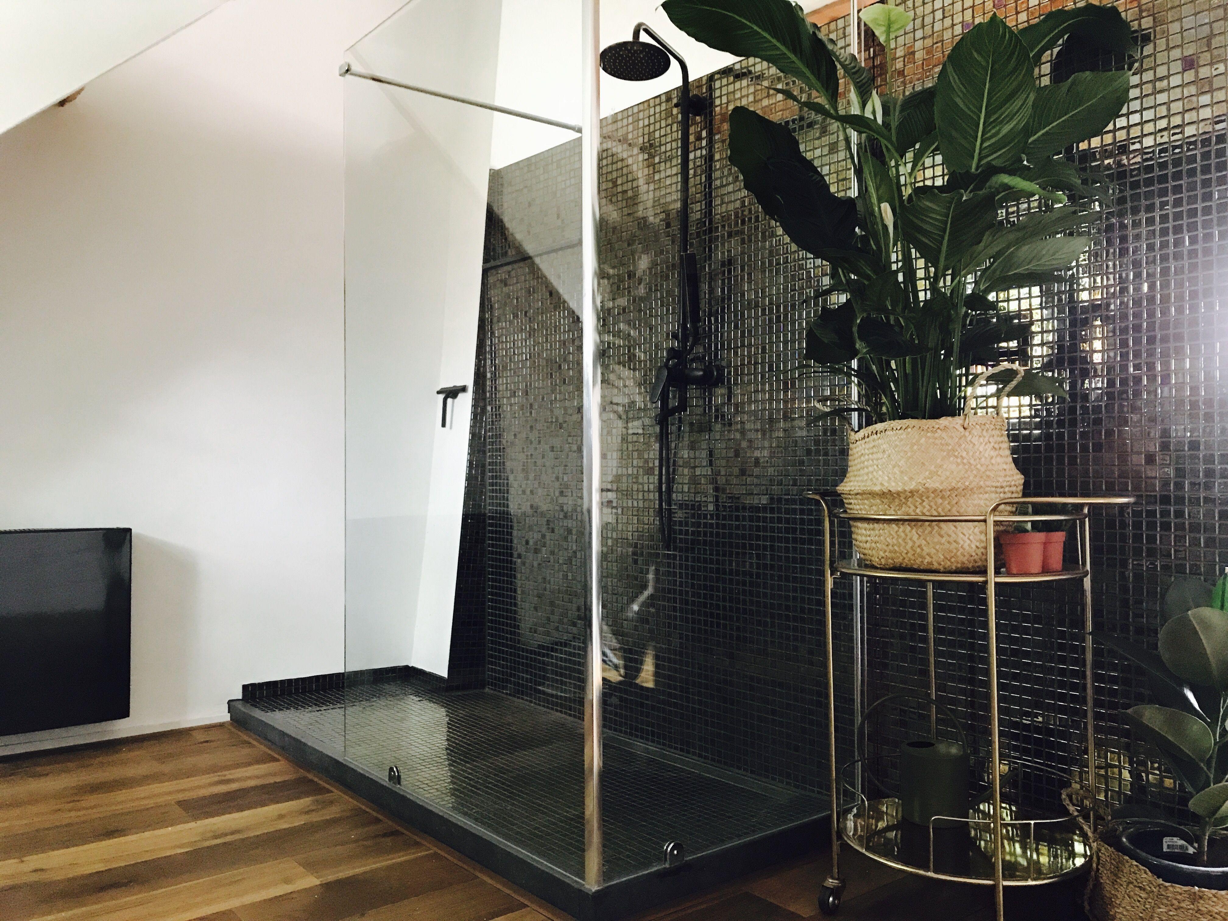 Gouden Mozaiek Tegels : Badkamer op zolder gouden mozaïek tegel interieur badkamer