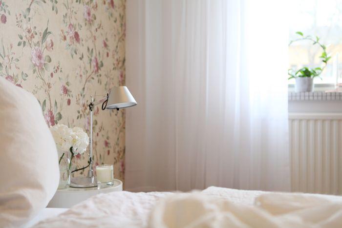 Kukkatapetti makuuhuoneessa
