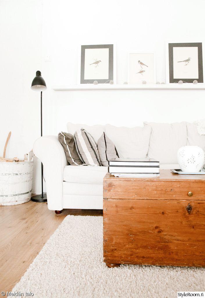 matka-arkku,sohva,lattiavalaisin,maalaistalo,olohuone,arkku,kirstu,sohvapöytä,matto,koristetyynyt