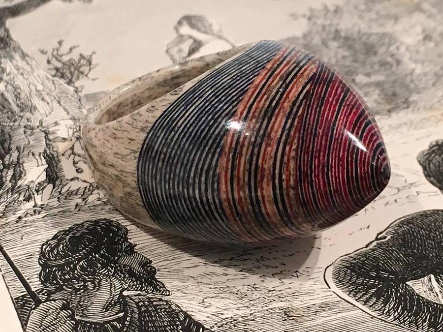 Tieto šperky sú vyrobené z vrstvených listov starých kníh – Doba Mag.