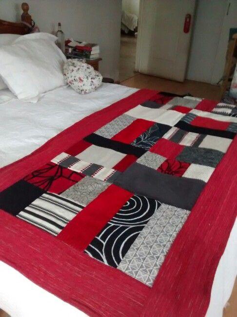 Piecera hecha con diferentes tipos de telas y texturas. Esta