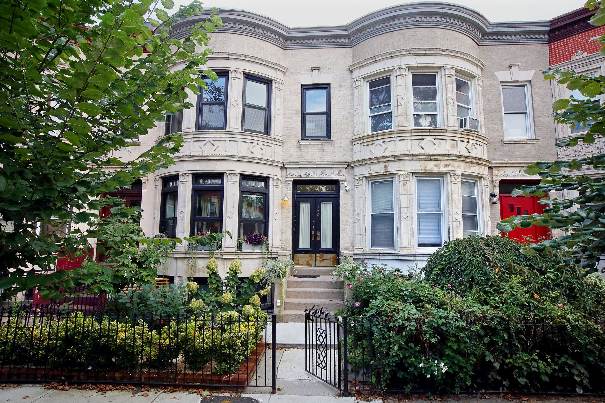 On The Market In New York City Front Yard House Styles City