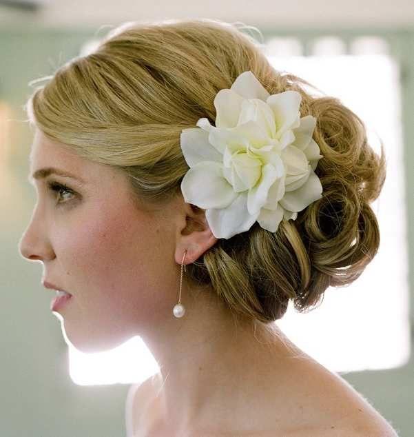 Astuces et idées pour coiffures de mariage avec des fleurs